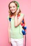 Adolescent avec le sac à dos écoutant la musique image libre de droits