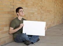 Adolescent avec le signe blanc Photographie stock libre de droits