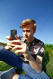 Adolescent avec le smartphone Image stock