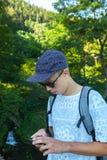 Adolescent avec le smartphone photos libres de droits