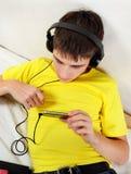 Adolescent avec le téléphone photos stock