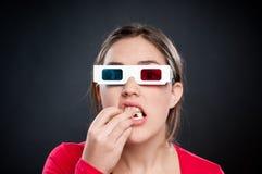 Adolescent avec les glaces 3D observant le film photos stock