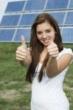 Adolescent avec les panneaux solaires Photo libre de droits