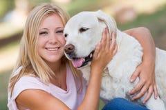 Adolescent avec quatorze chiens de Labrador d'années en parc Images libres de droits