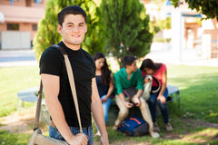Adolescent avec quelques amis Image stock