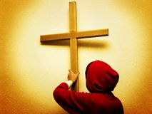 Adolescent avec une croix Photographie stock libre de droits