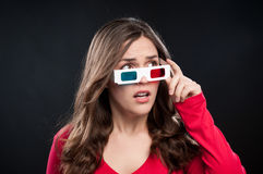 Adolescent ayant l'expérience du cinéma 3D image stock