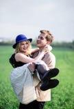 Adolescent bel se tenant et se soulevant vers le haut de son amie Photographie stock libre de droits