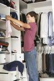 Adolescent choisissant des vêtements de la garde-robe dans la chambre à coucher photographie stock