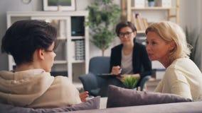 Adolescent combattant avec la mère mûre pendant la consultation avec le psychologue banque de vidéos