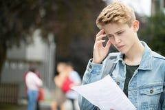 Adolescent déçu par des résultats d'examen photos stock