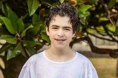 Adolescent d'acné avec des accolades Image stock