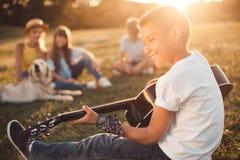 Adolescent d'afro-américain jouant la guitare Photos libres de droits