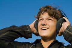 Adolescent dans des écouteurs Image libre de droits