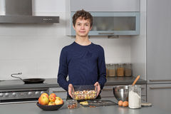 Adolescent dans la cuisine Photo libre de droits