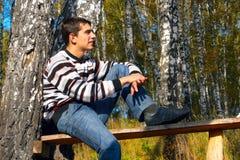 Adolescent dans la forêt photos stock