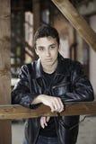 Adolescent dans la veste en cuir noire. photo libre de droits