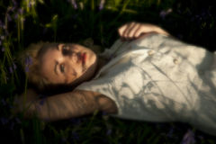 Adolescent dans les Bluebells Image stock