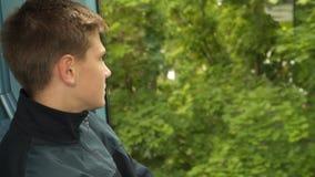 Adolescent dans un train par la fenêtre banque de vidéos
