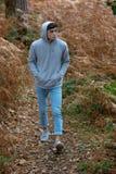 adolescent de 18 ans marchant dans les bois Image libre de droits