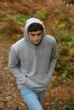 adolescent de 18 ans marchant dans les bois Images stock