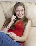 adolescent de causerie de téléphone de cellules joli photo libre de droits