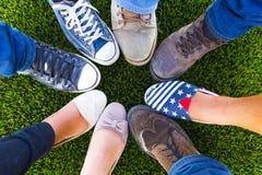 Adolescent de chaussure de cercle pour l'amitié Images stock