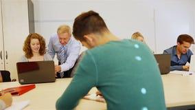 Adolescent de enseignement de professeur dans la salle de classe banque de vidéos