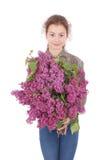 Adolescent de fille se tenant avec le lilas dans des mains Photo stock