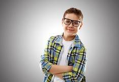Adolescent de garçon d'enfant avec des verres Photos stock