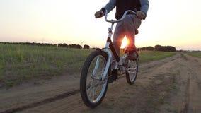 Adolescent de garçon montant une bicyclette La bicyclette d'équitation d'adolescent de garçon va à la nature le long de la vidéo  Photo libre de droits