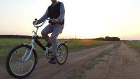 Adolescent de garçon montant une bicyclette La bicyclette d'équitation d'adolescent de garçon va à la nature le long de la vidéo  Images libres de droits