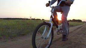 Adolescent de garçon montant une bicyclette La bicyclette d'équitation d'adolescent de garçon va à la nature le long de la vidéo  Image libre de droits