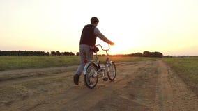 Adolescent de garçon montant une bicyclette La bicyclette d'équitation d'adolescent de garçon va nature le long de la vidéo animé Photographie stock libre de droits