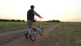 Adolescent de garçon montant une bicyclette La bicyclette d'équitation d'adolescent de garçon va nature le long de la vidéo animé Photos stock