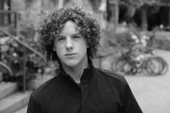 Adolescent de l'adolescence de cheveu bouclé de garçon image libre de droits