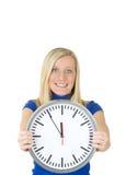 Adolescent de sourire avec l'horloge Photos stock