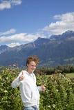 Adolescent de sourire posant des pouces vers le haut Photo stock