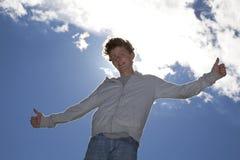 Adolescent de sourire posant les deux pouces vers le haut Photographie stock