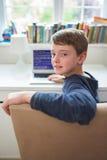 Adolescent en code informatique d'écriture de chambre à coucher Photos libres de droits