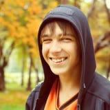 Adolescent en stationnement d'automne photographie stock libre de droits