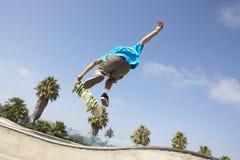 Adolescent en stationnement de planche à roulettes Photo stock
