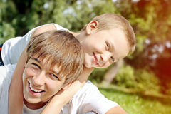 Adolescent et enfant heureux Photos stock