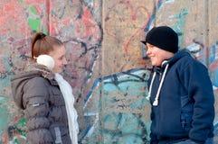 Adolescent et fille souriant à l'un l'autre Photographie stock