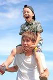 Adolescent et gosse heureux Images libres de droits