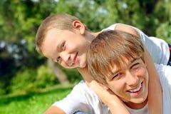 Adolescent et gosse heureux photos libres de droits