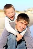 Adolescent et gosse heureux photographie stock