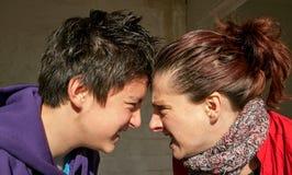 Adolescent et mère bouleversés Image libre de droits