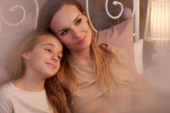 Adolescent et mère heureux Images stock
