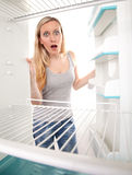 Adolescent et réfrigérateur vide Photo stock